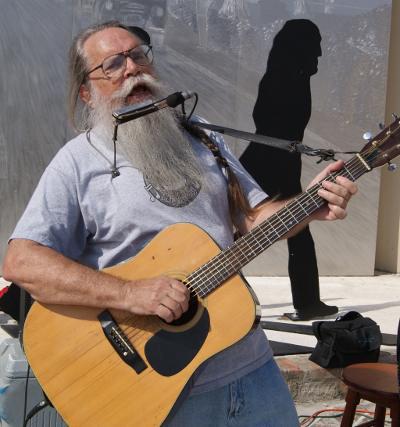 Hairy_Larry_performing_at_Beatles_Park.jpg
